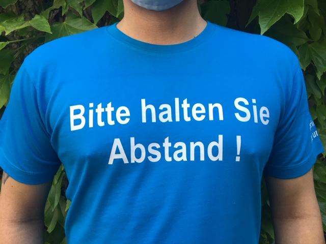 Fix und Fertig Bitte halten Sioe Abstand Corona T-Shirt Suchthilfe Wien